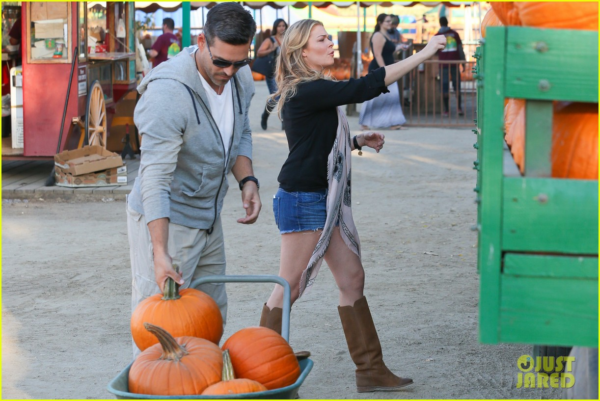 leann rimes eddie cibrian pumpkin picking pair 20