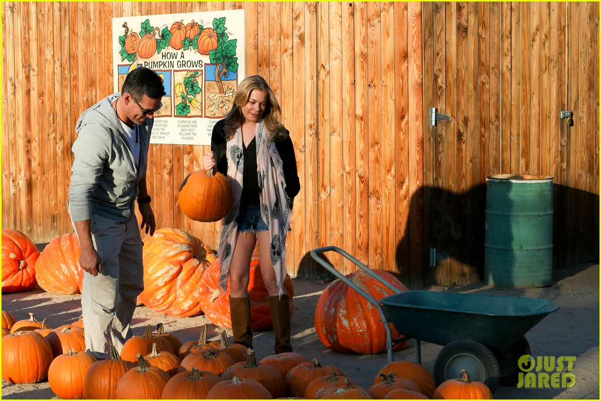 leann rimes eddie cibrian pumpkin picking pair 24