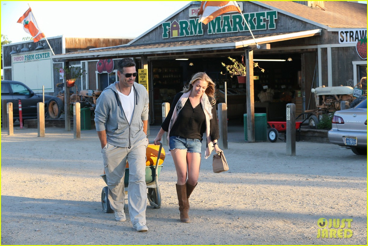 leann rimes eddie cibrian pumpkin picking pair 26