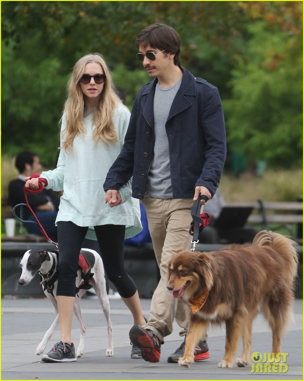 amanda seyfried justin long hold hands for dog walk 042973668