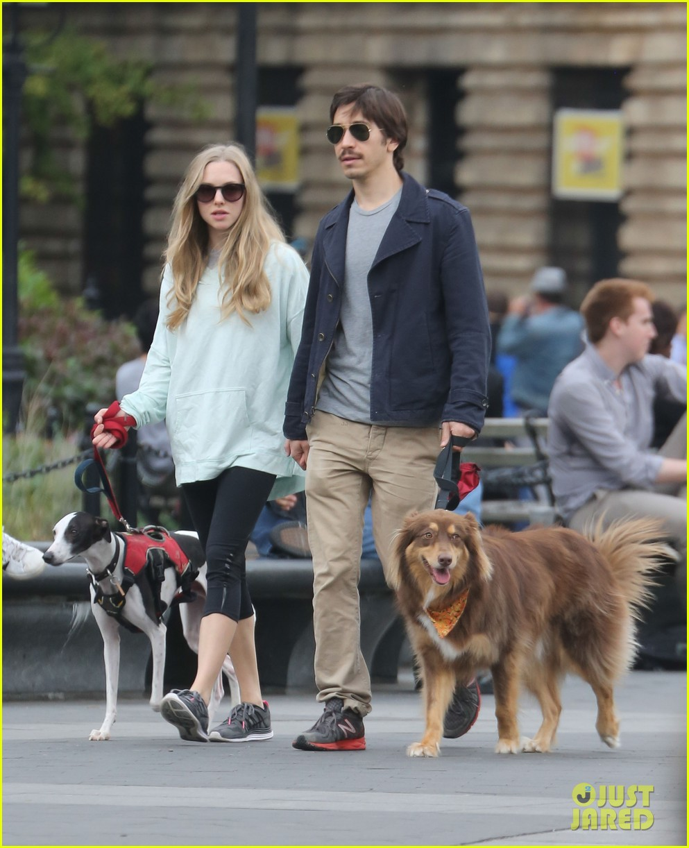 amanda seyfried justin long hold hands for dog walk 052973669