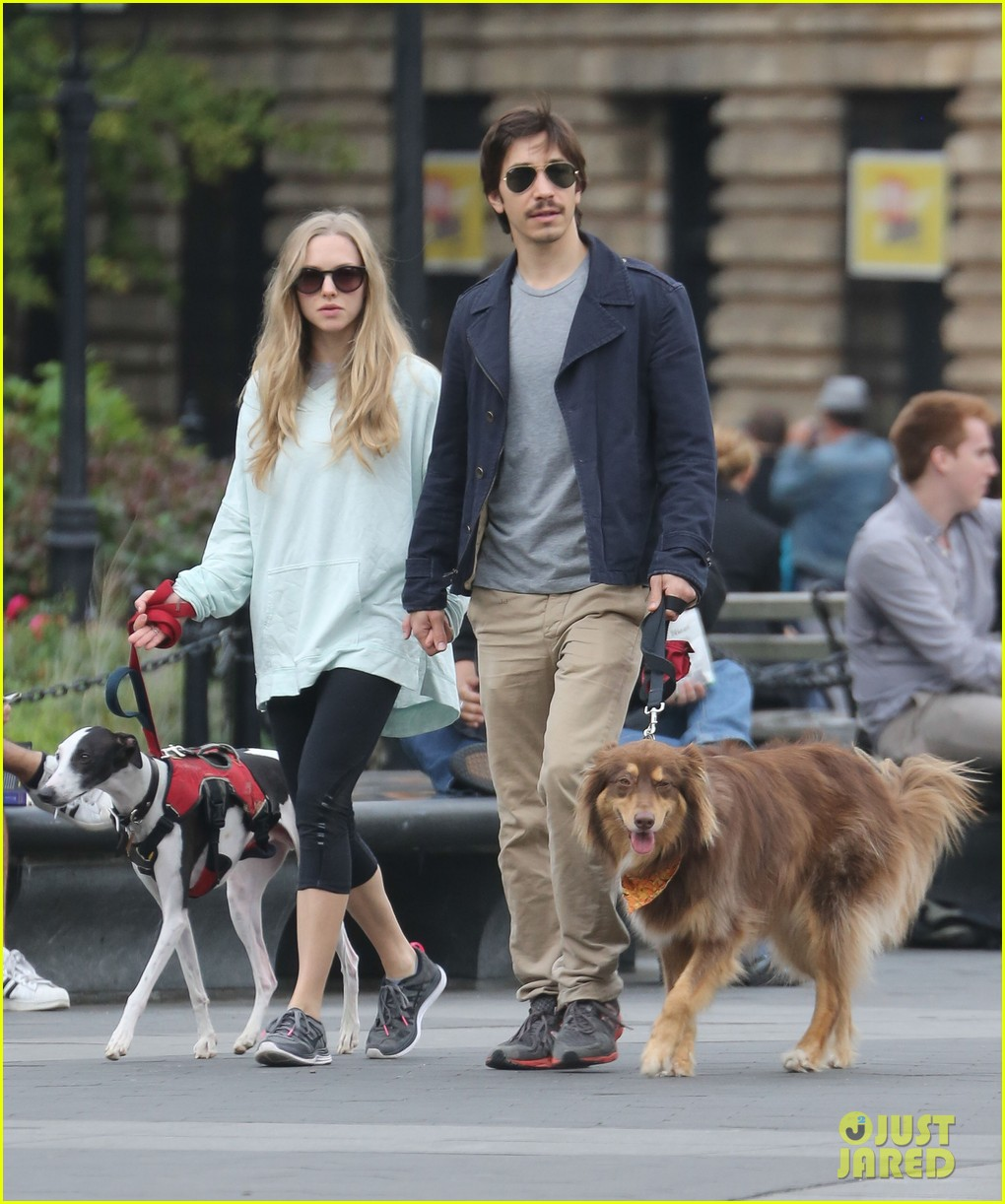 amanda seyfried justin long hold hands for dog walk 06