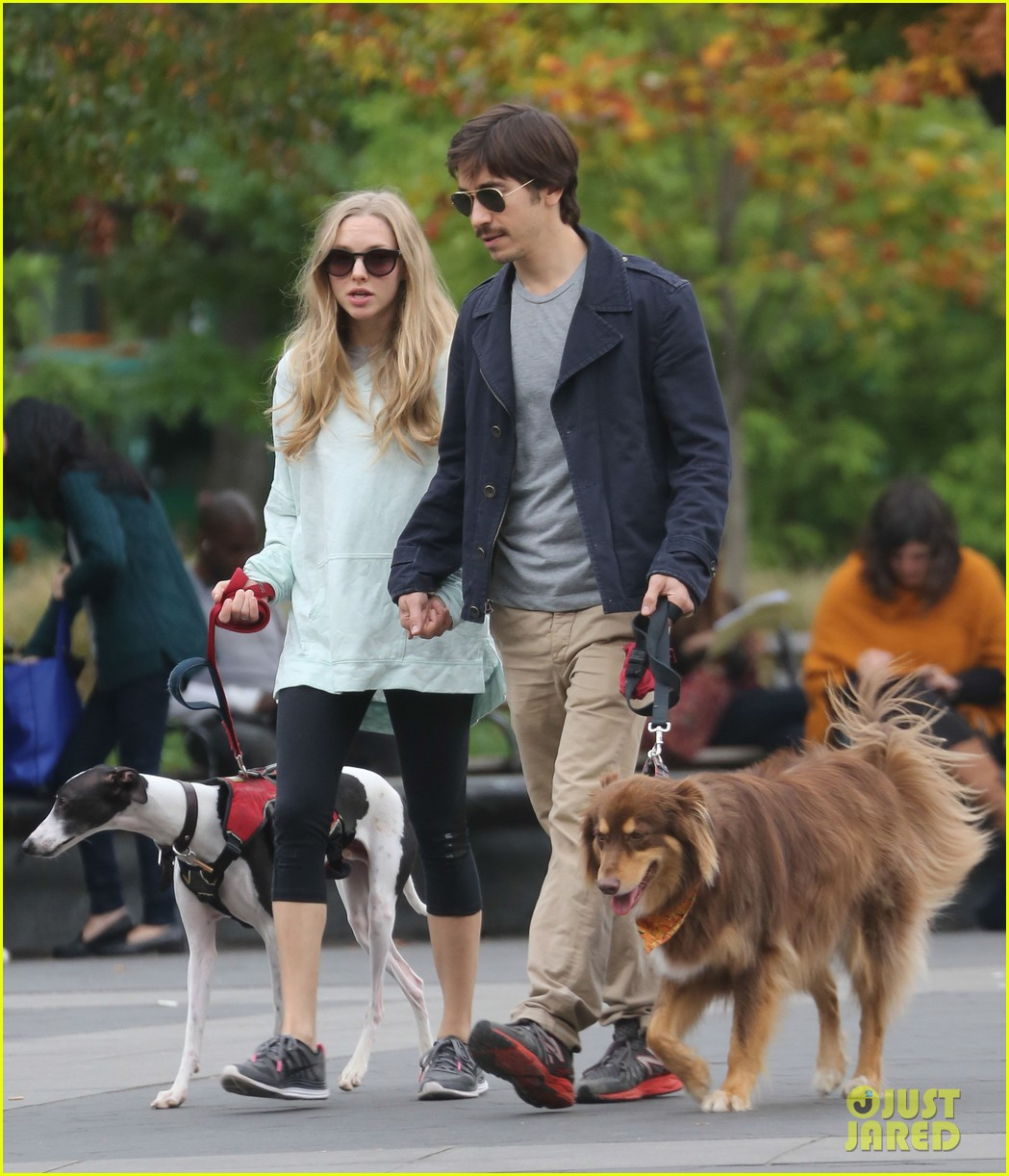 amanda seyfried justin long hold hands for dog walk 10