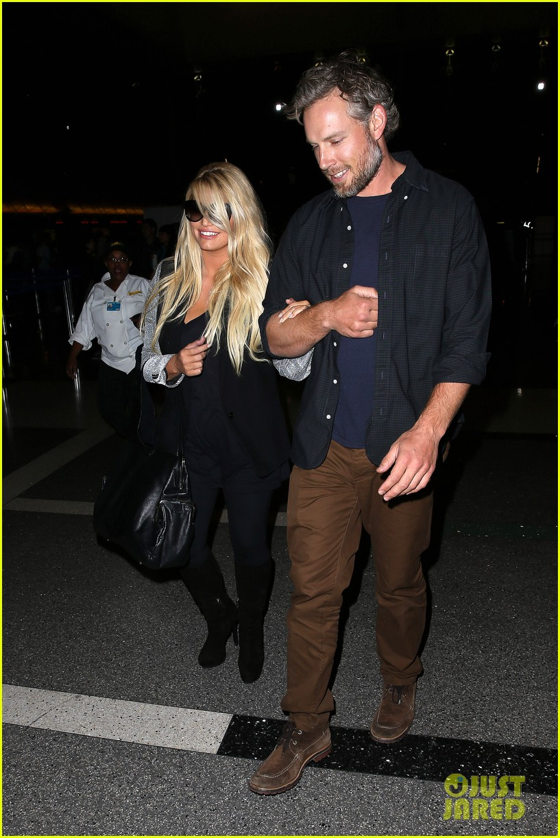 jessica simpson links arms with eric johnson at airport 06