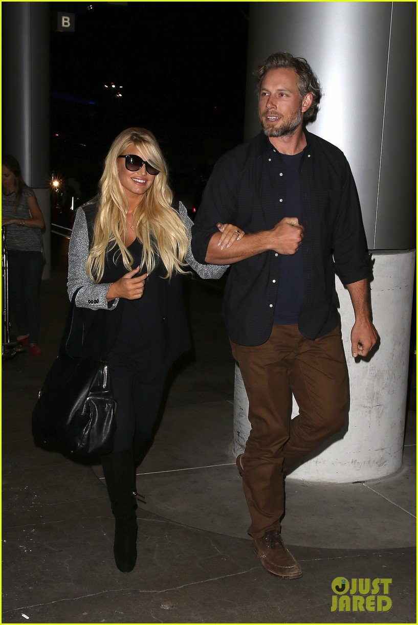 jessica simpson links arms with eric johnson at airport 20