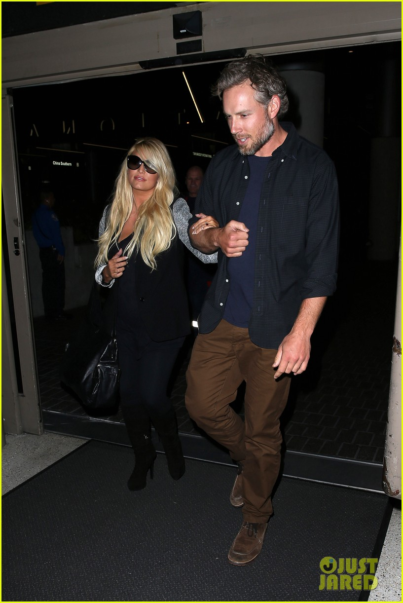 jessica simpson links arms with eric johnson at airport 24