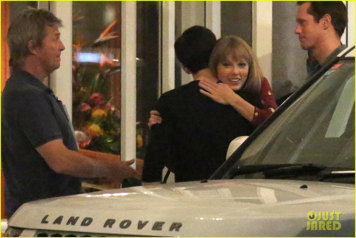 taylor swift alexander skarsgard dine with the giver cast 05