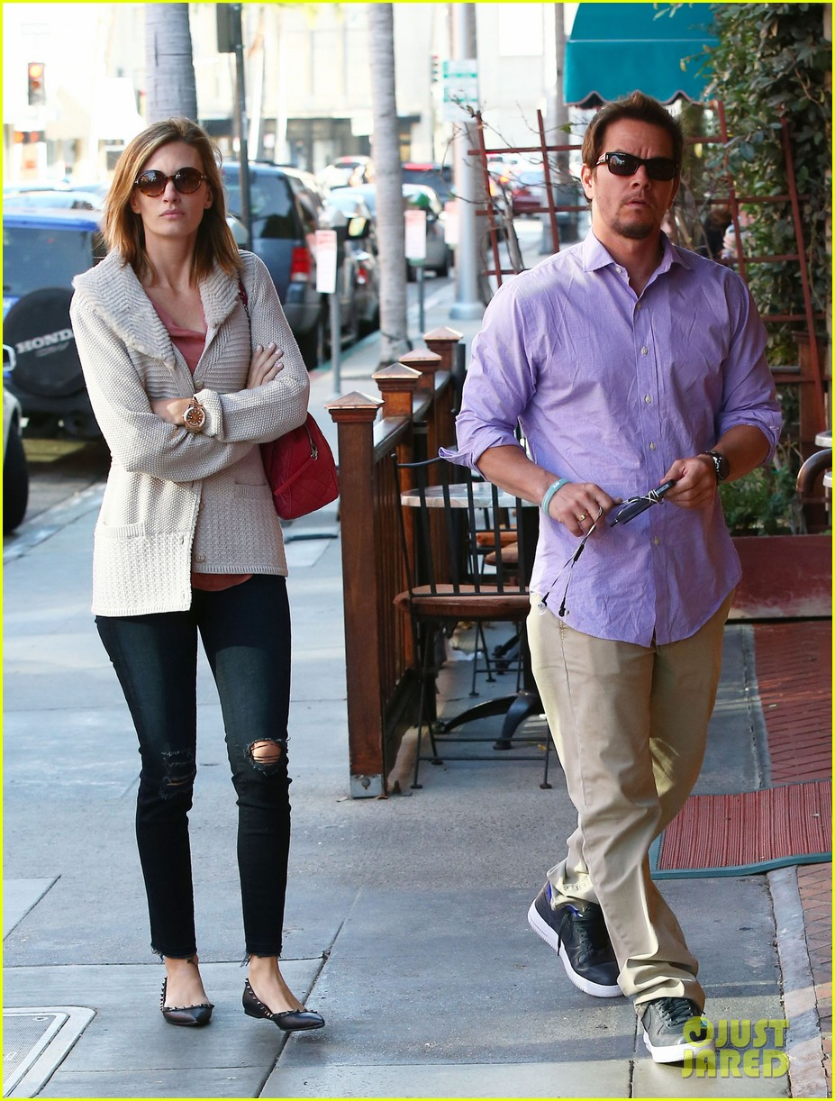 mark wahlberg holds hands with wife rhea durham 01