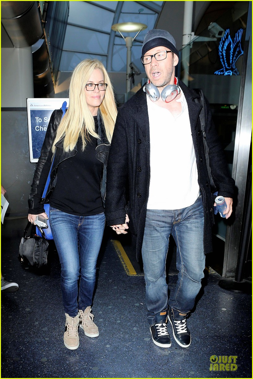 donnie wahlberg jenny mccarthy hold hands at lax airport 06