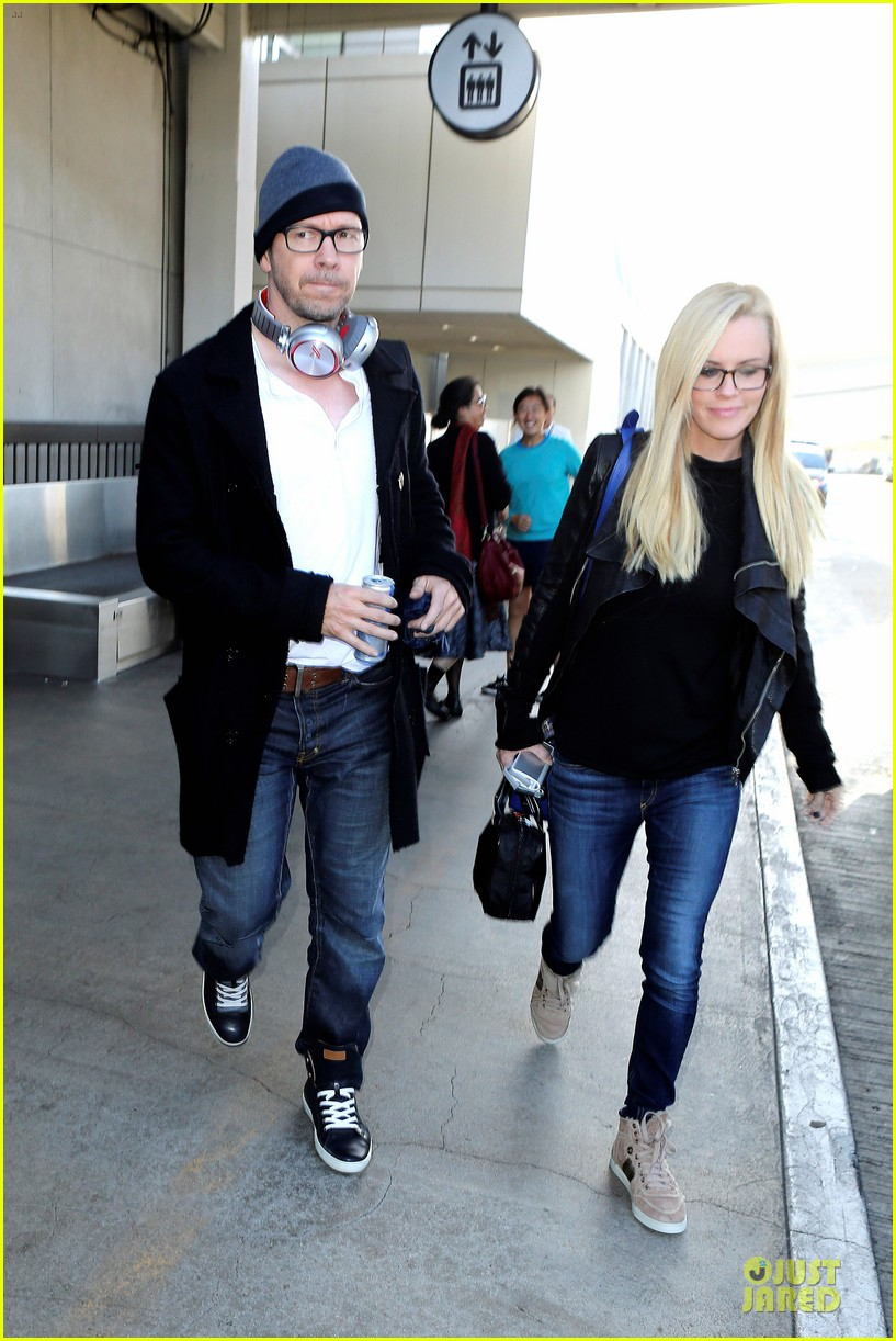 donnie wahlberg jenny mccarthy hold hands at lax airport 14