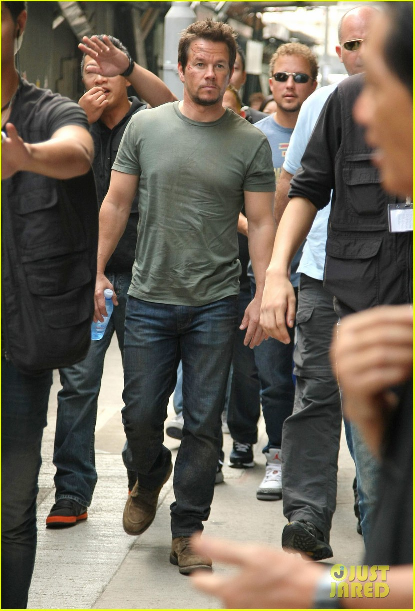 mark wahlberg films transformers 4 in hong kong with nicola peltz jack reynor 16
