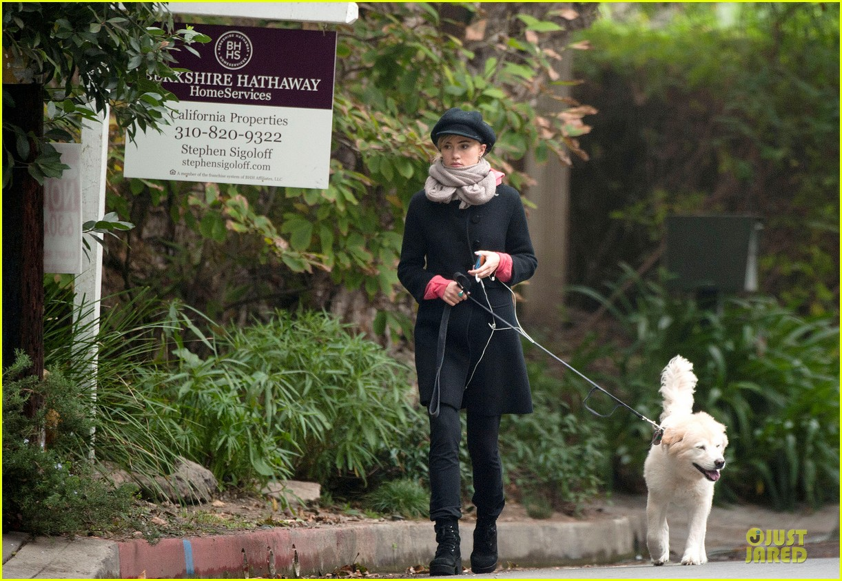 suki waterhouse walks bradley cooper dog charlotte 04
