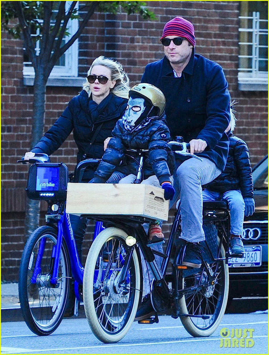 naomi watts liev schreiber early halloween with the boys 112981509