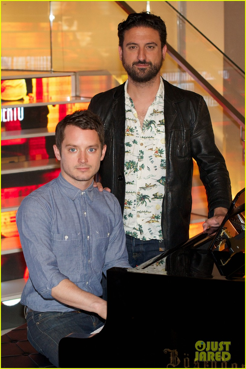 elijah wood grand piano promo in madrid 17
