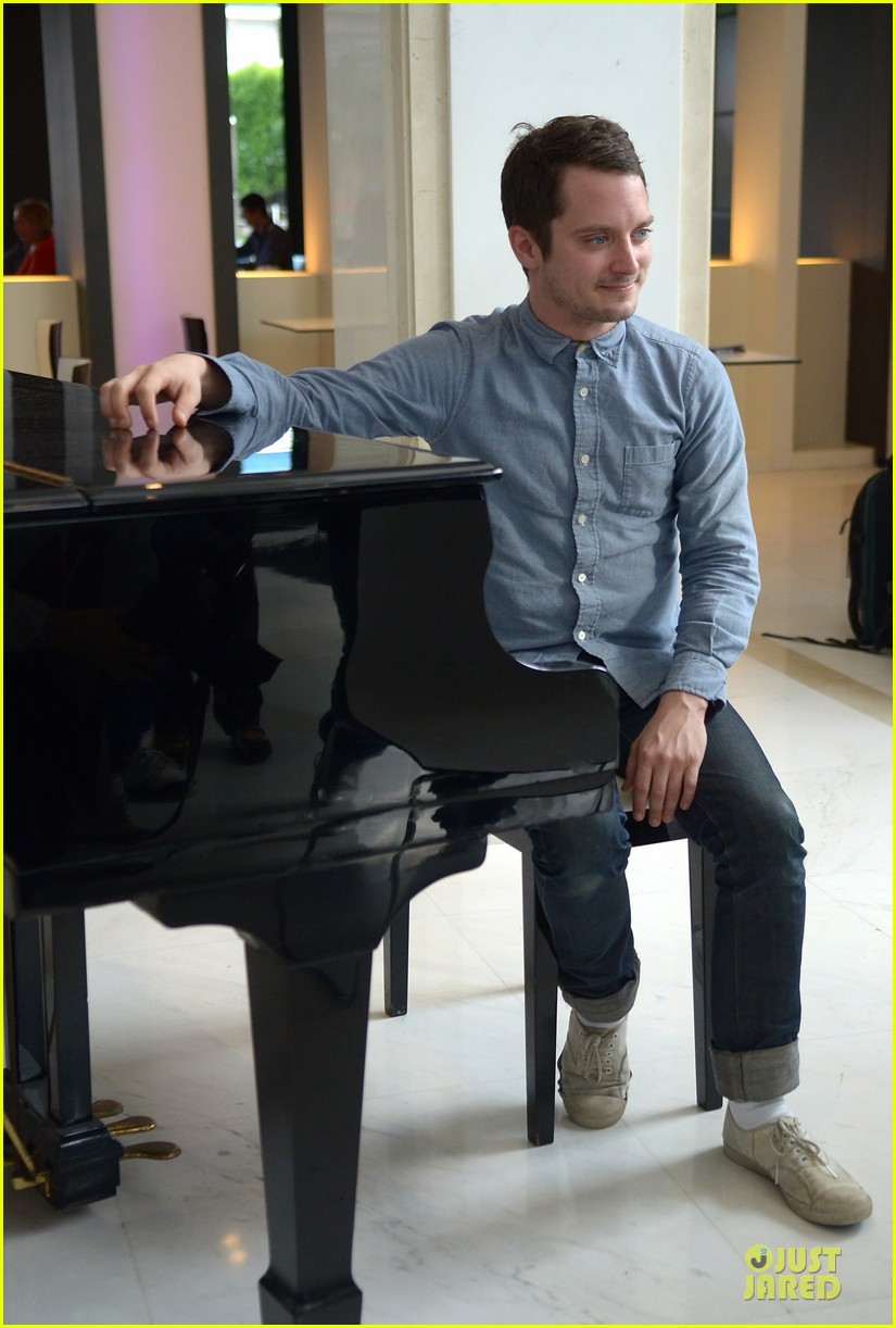 elijah wood grand piano photo call at sitges film fest 10