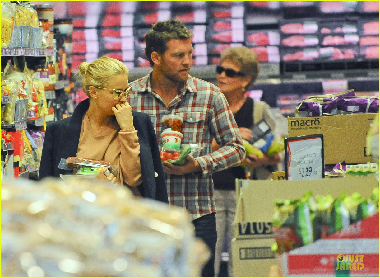sam worthington lara bingle hold hands at grocery store 022972259