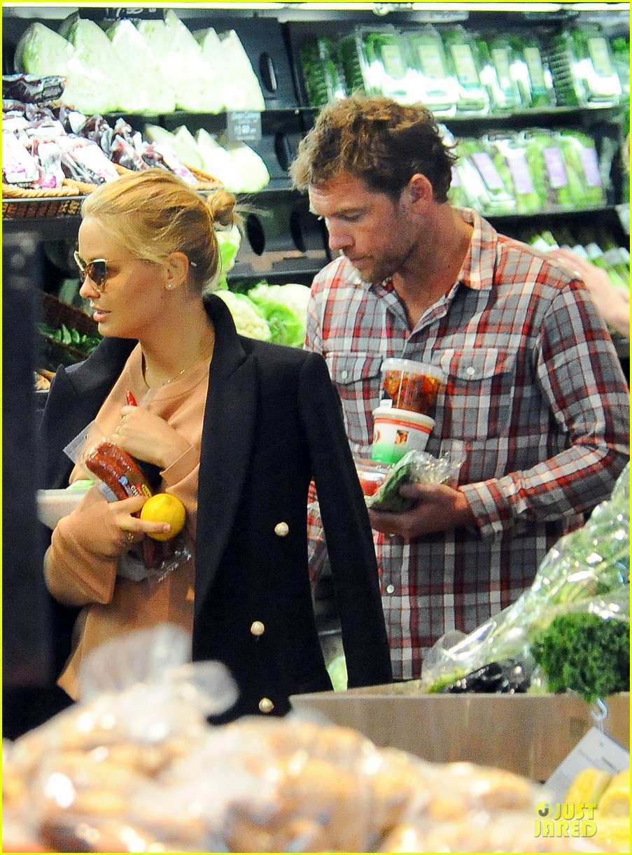 sam worthington lara bingle hold hands at grocery store 04