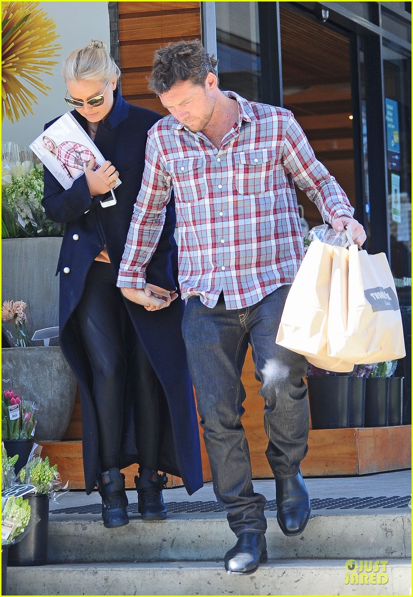 sam worthington lara bingle hold hands at grocery store 06