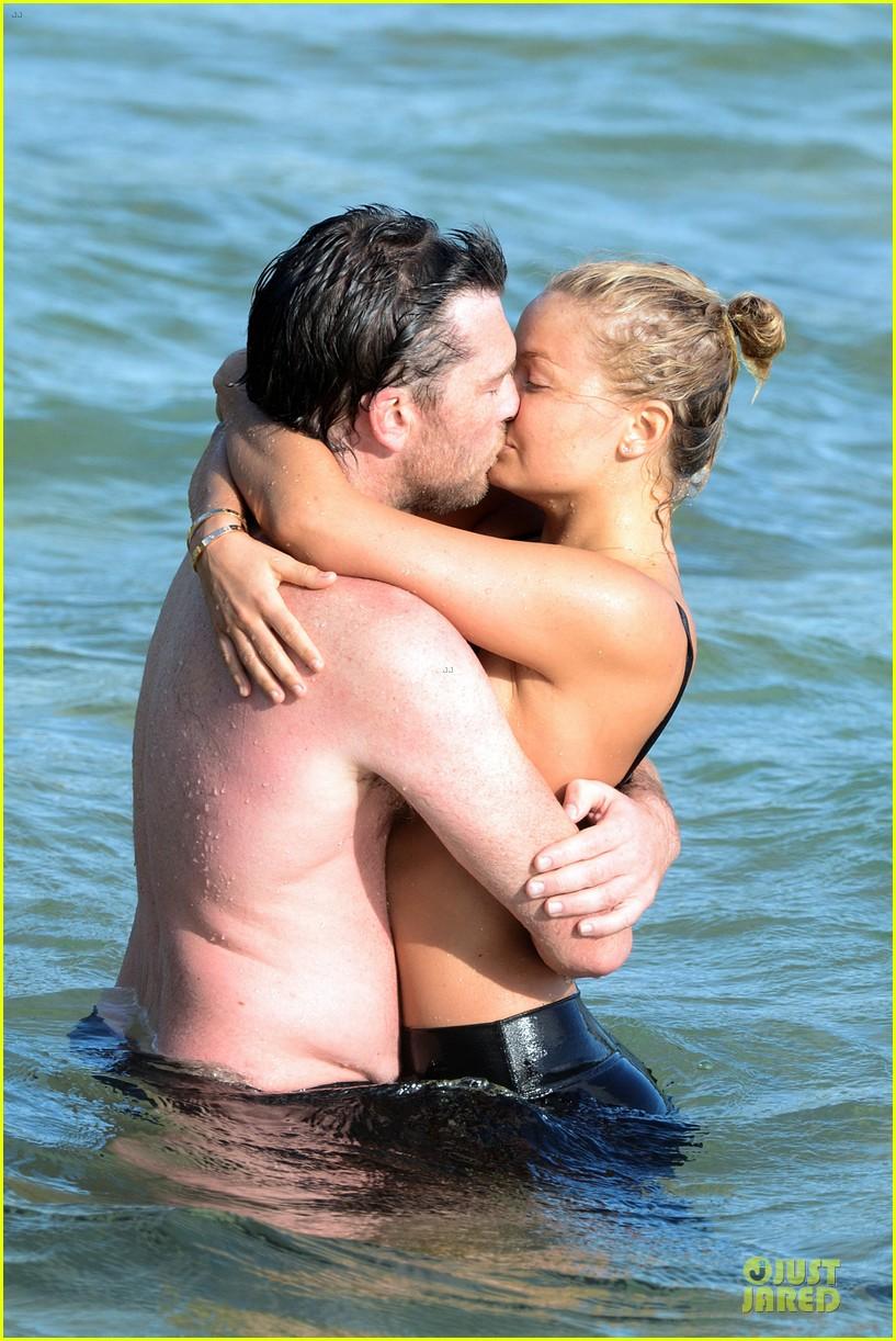 shirtless sam worthington laura bingle beach kissing couple 02