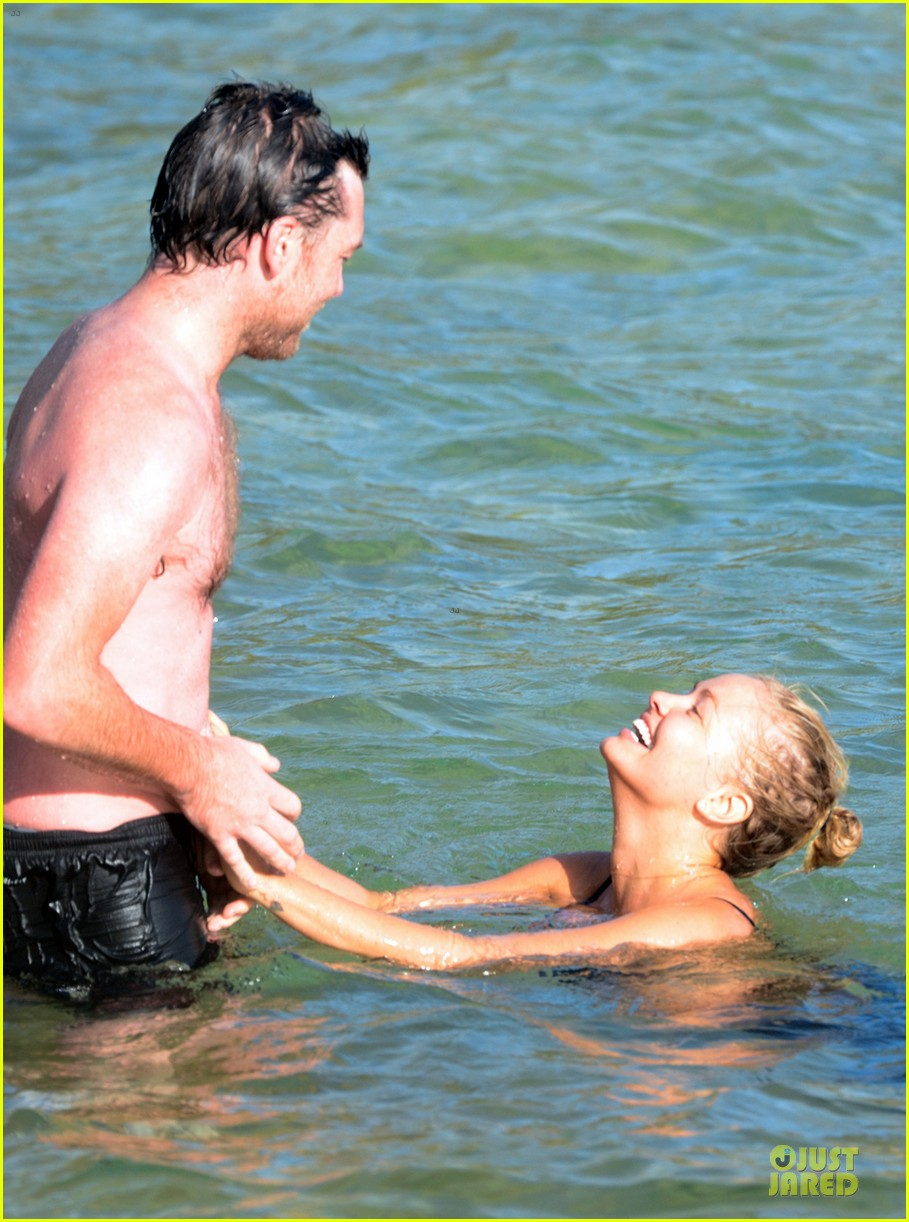 shirtless sam worthington laura bingle beach kissing couple 10