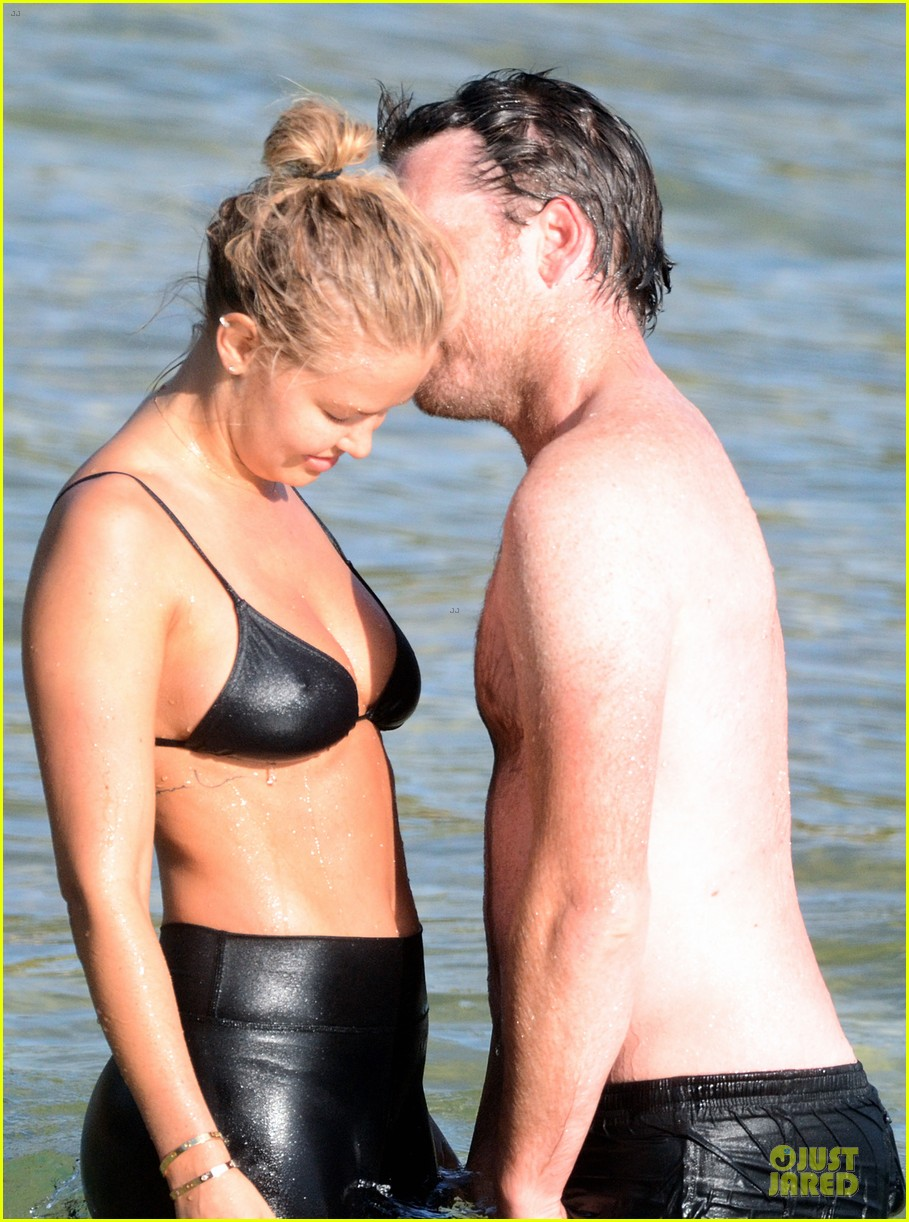 shirtless sam worthington laura bingle beach kissing couple 14