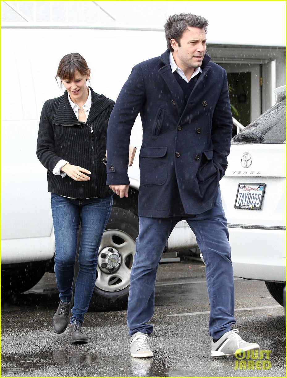 ben affleck opens car door for jennifer garner 01