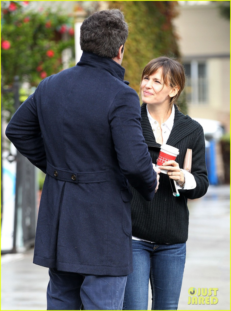 ben affleck opens car door for jennifer garner 13