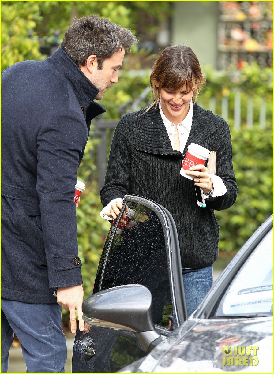 ben affleck opens car door for jennifer garner 143002249