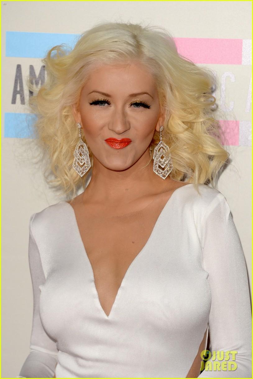 Aguilera en los American Music - Página 3 Christina-aguilera-amas-2013-red-carpet-08