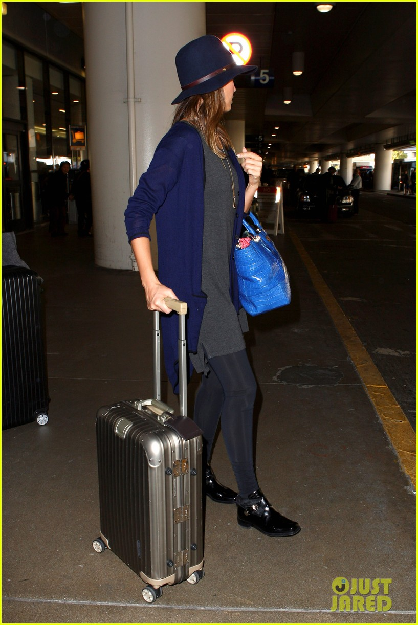 jessica alba flies home for the holiday 05