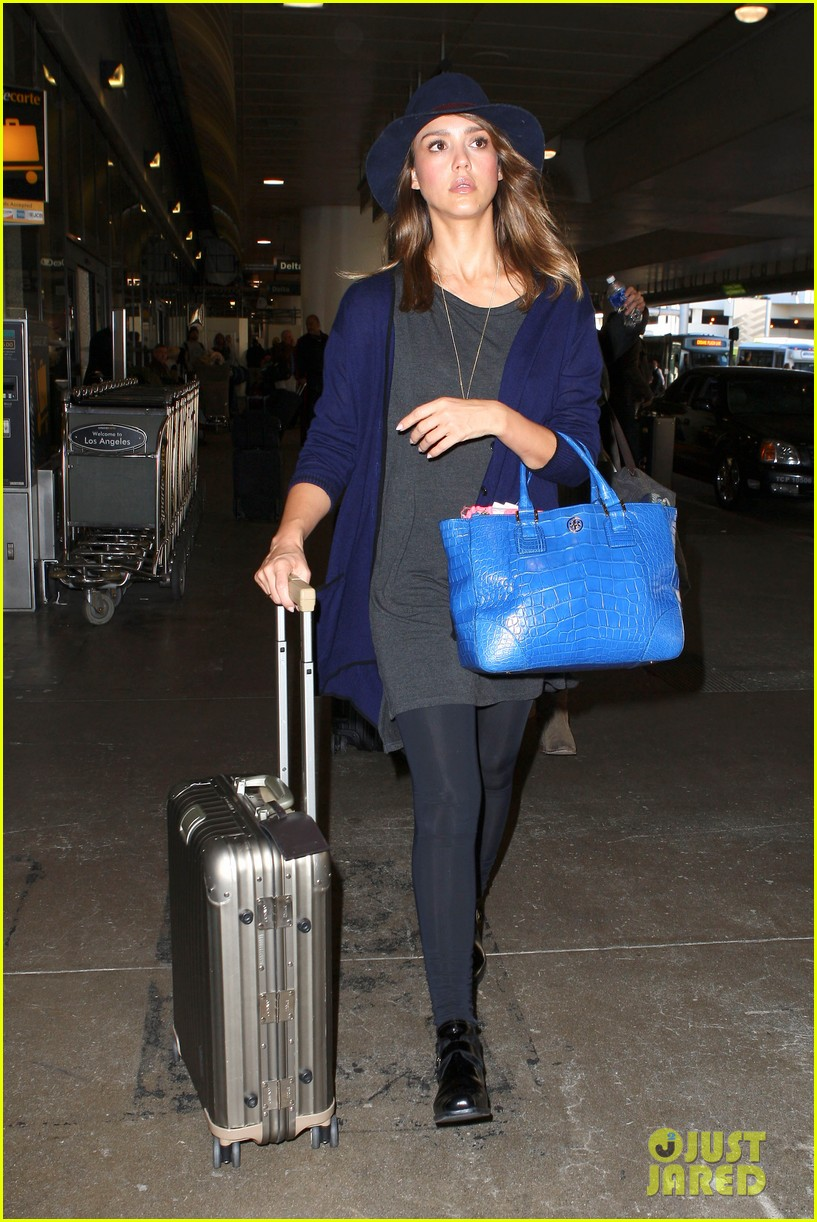 jessica alba flies home for the holiday 07
