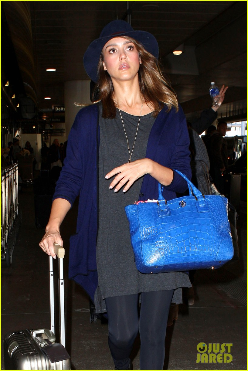 jessica alba flies home for the holiday 08