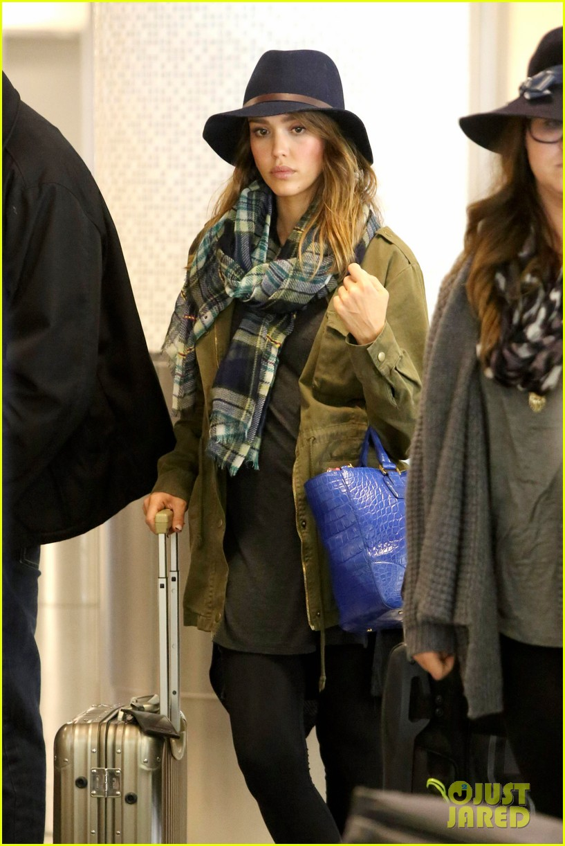 jessica alba flies home for the holiday 14