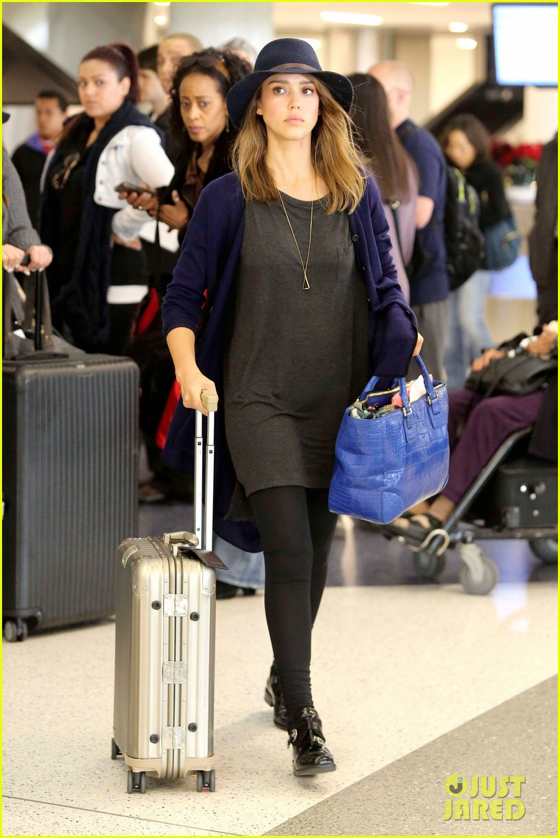 jessica alba flies home for the holiday 163000761