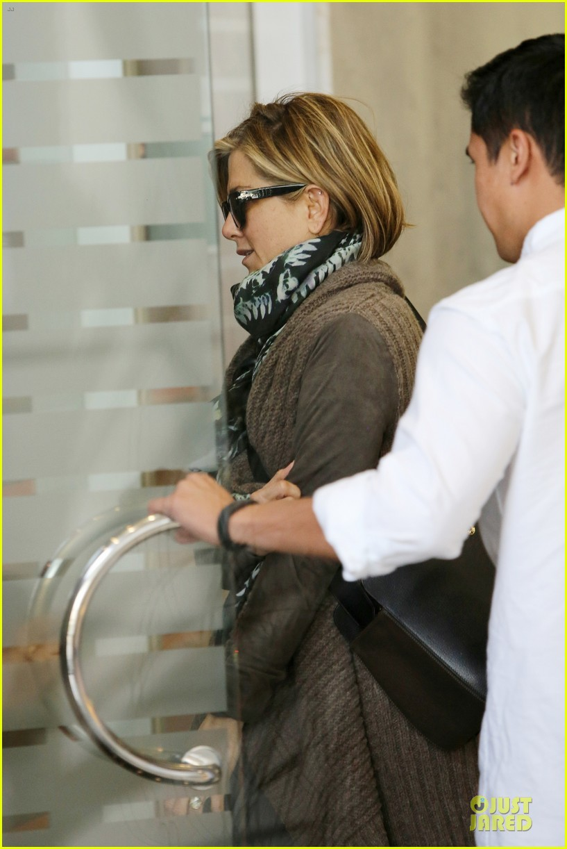 jennifer aniston rocks short hair for skin care clinic 09