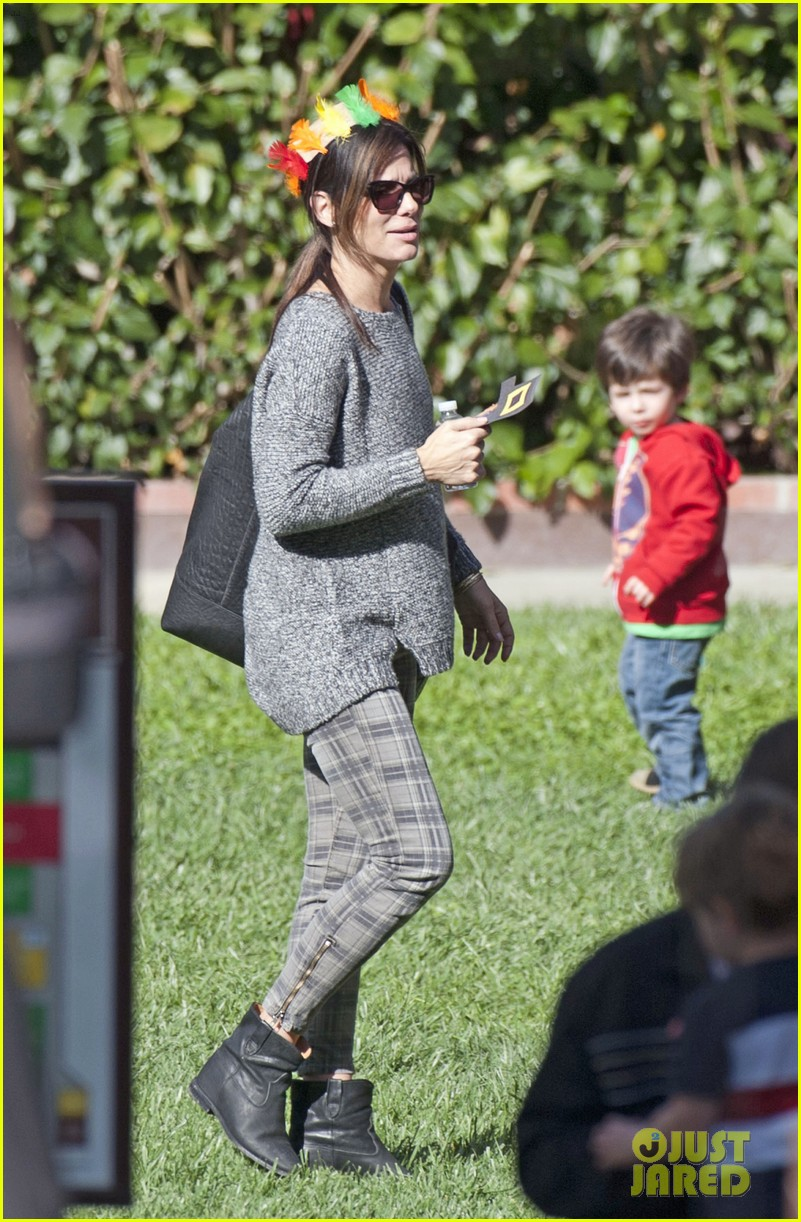 sandra bullock gets into thanksgiving spirit with son louis 013001448
