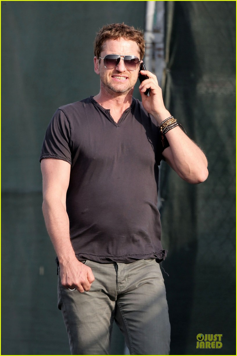 gerard butler chats in la after f1 championships 04
