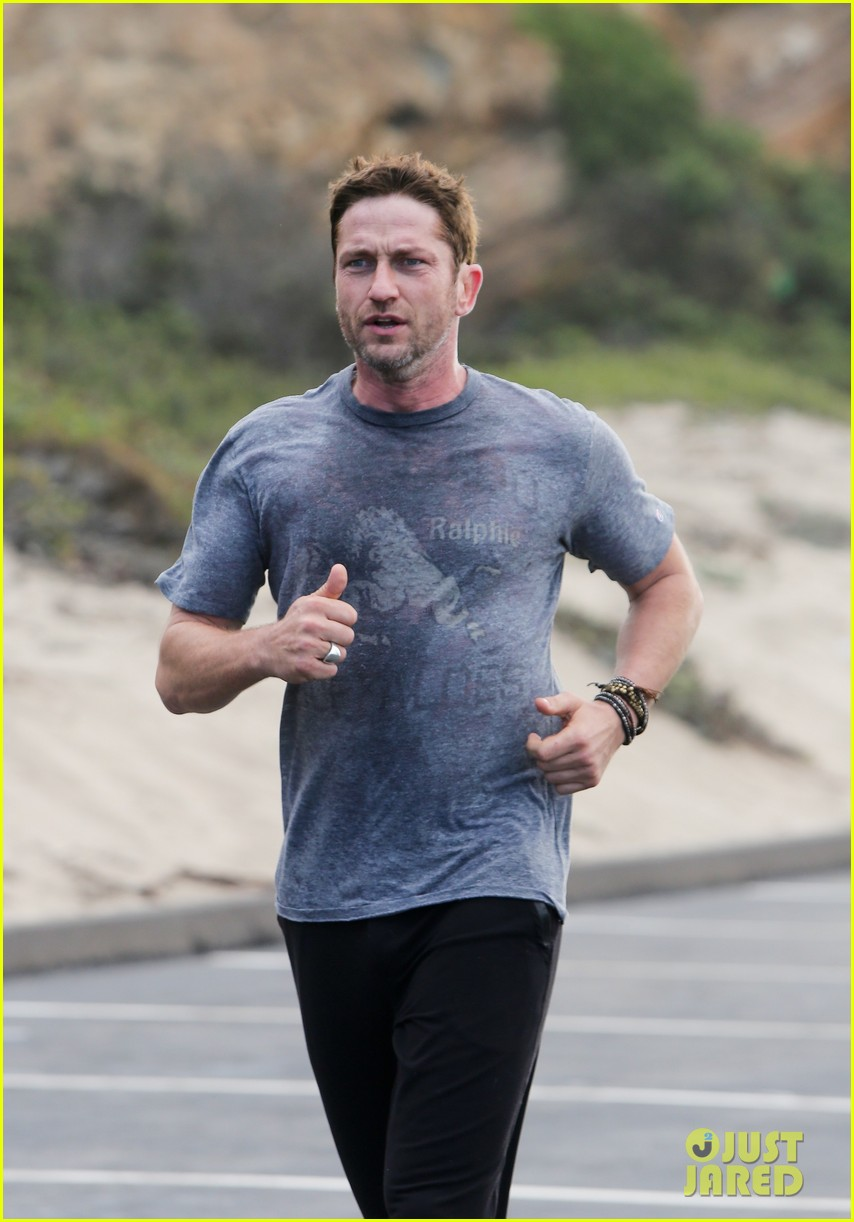 gerard butler works up a sweat for morning run 022997391