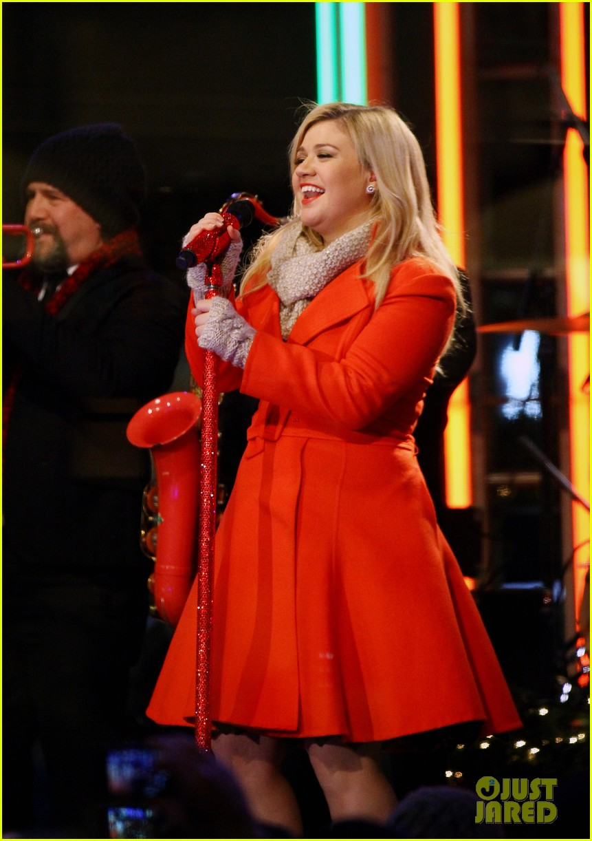pregnant kelly clarkson is wrapped in red for christmas taping 013001146