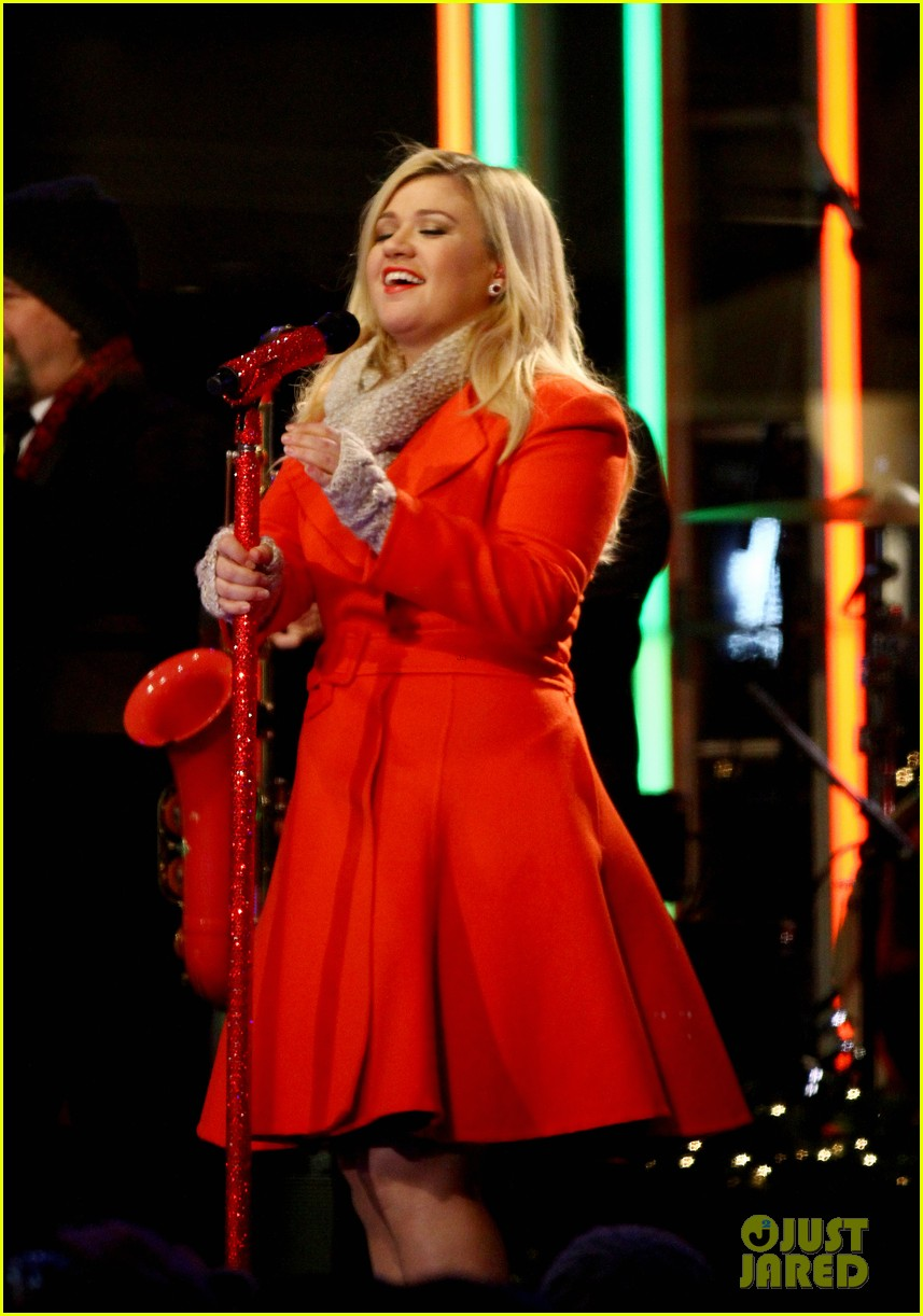 pregnant kelly clarkson is wrapped in red for christmas taping 103001155