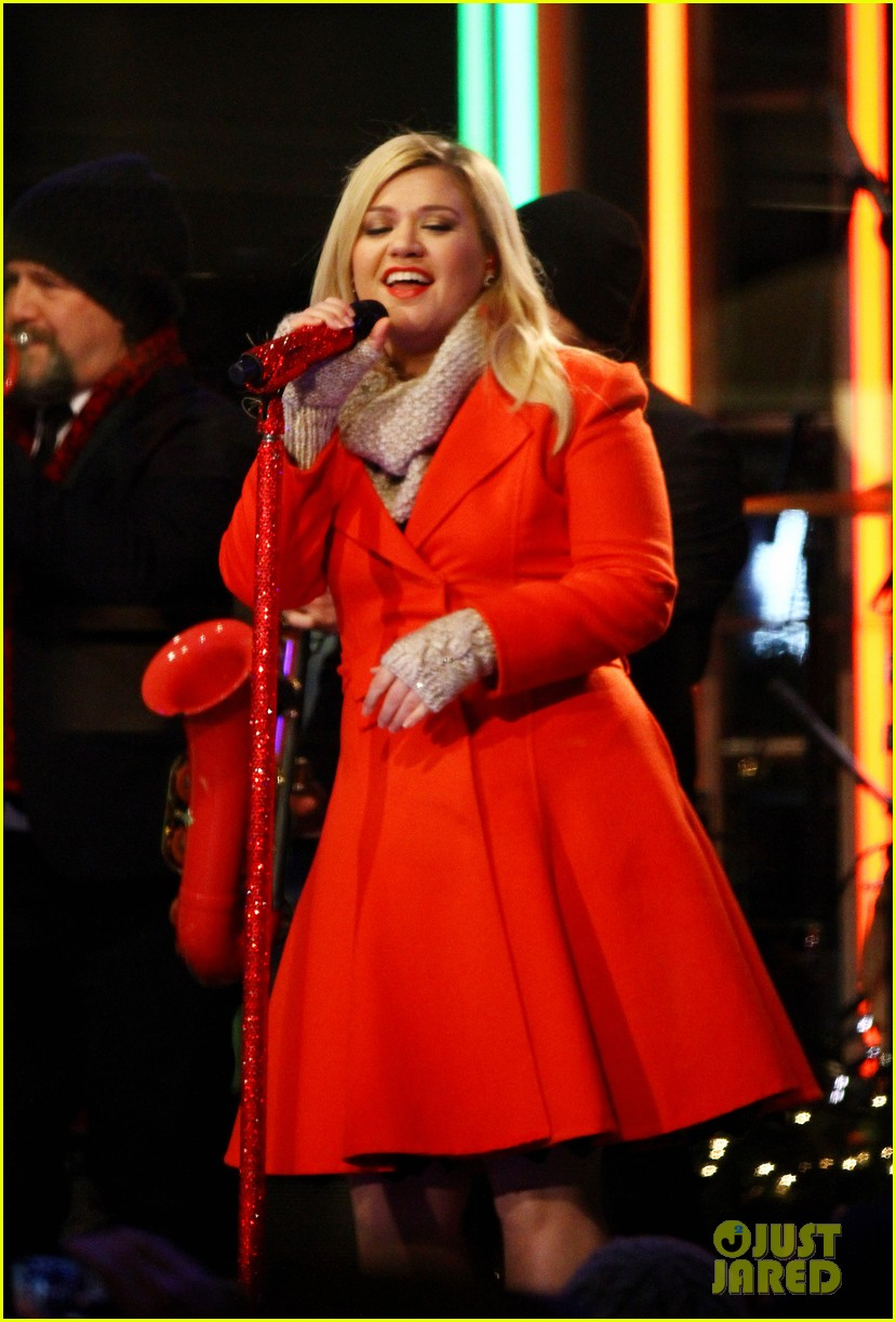 pregnant kelly clarkson is wrapped in red for christmas taping 123001157