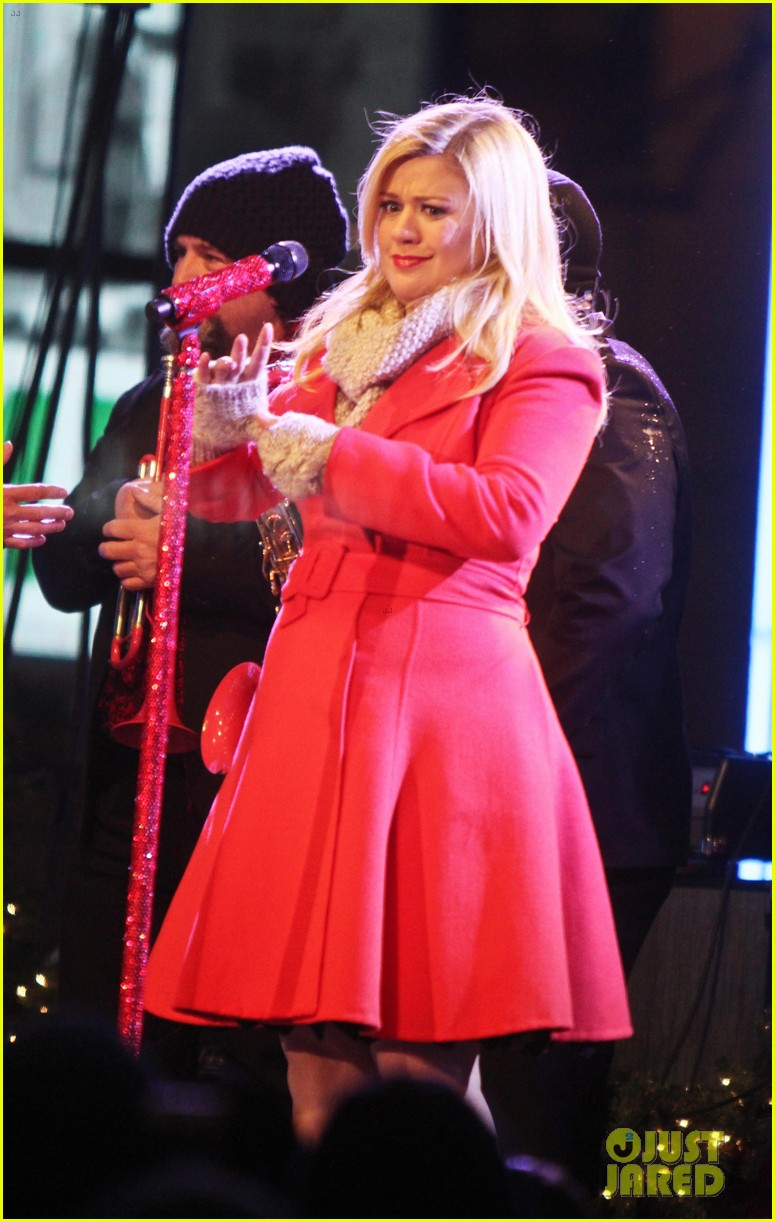 pregnant kelly clarkson is wrapped in red for christmas taping 133001158