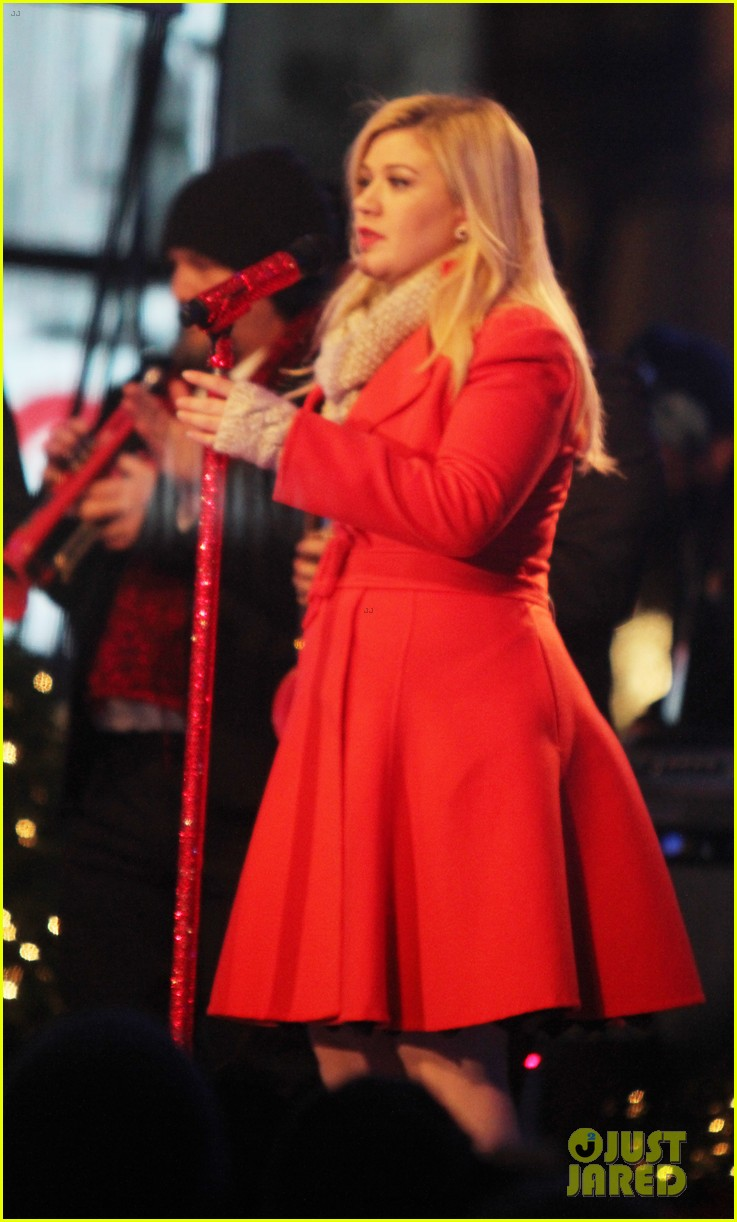 pregnant kelly clarkson is wrapped in red for christmas taping 16
