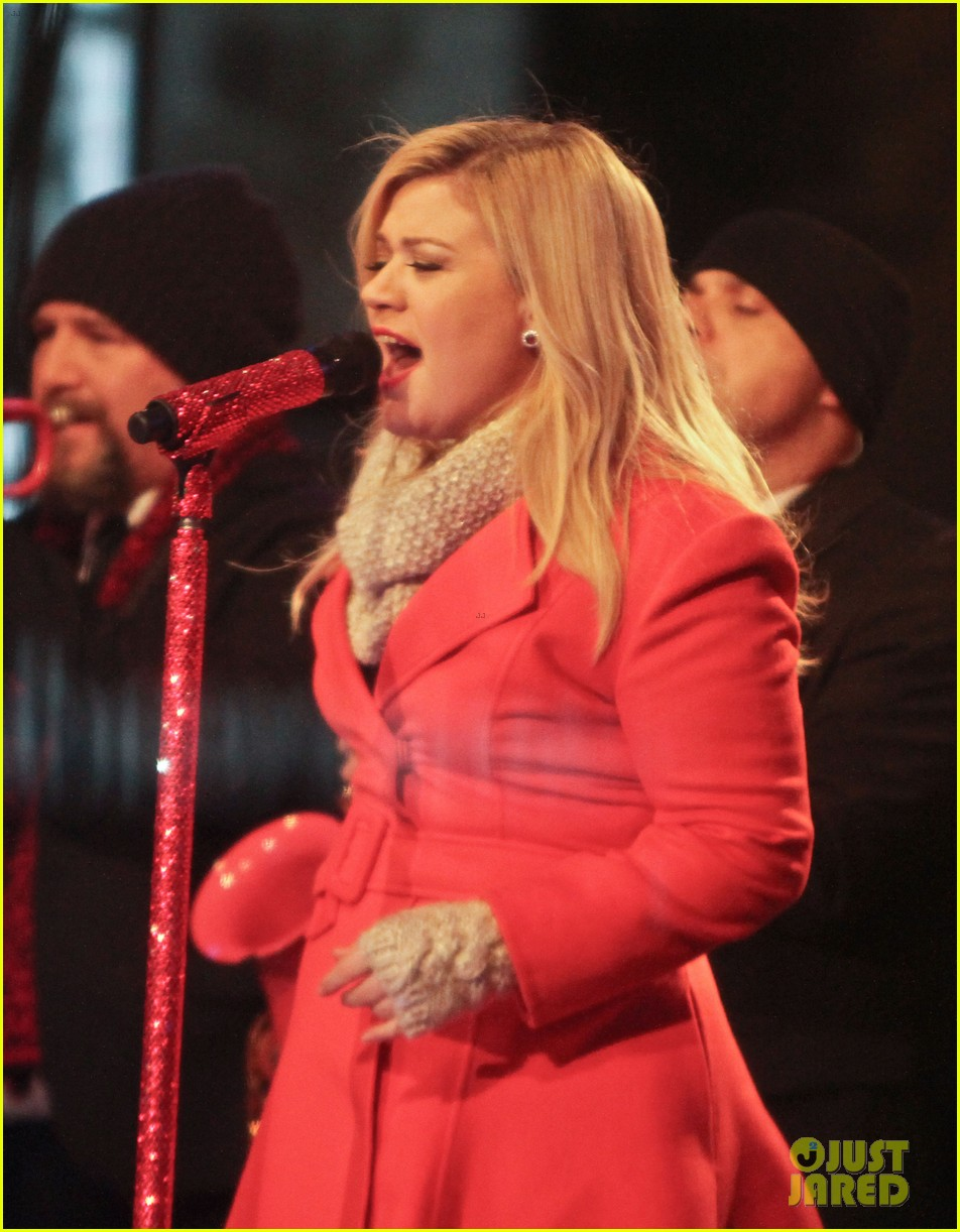pregnant kelly clarkson is wrapped in red for christmas taping 20
