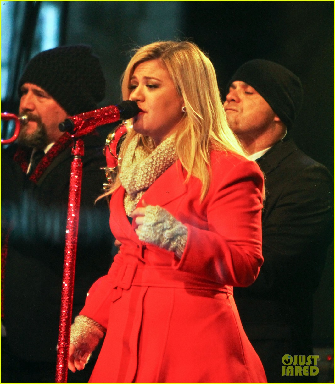 pregnant kelly clarkson is wrapped in red for christmas taping 213001166