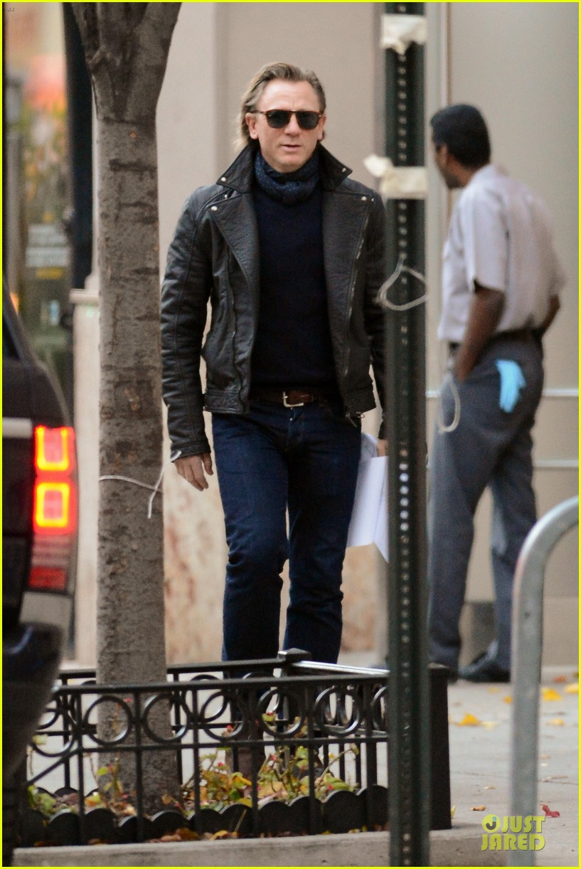 daniel craig rocks leather for betrayal arrival 012995539