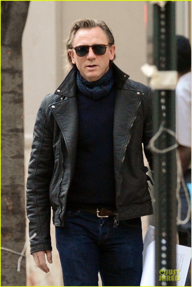 daniel craig rocks leather for betrayal arrival 06