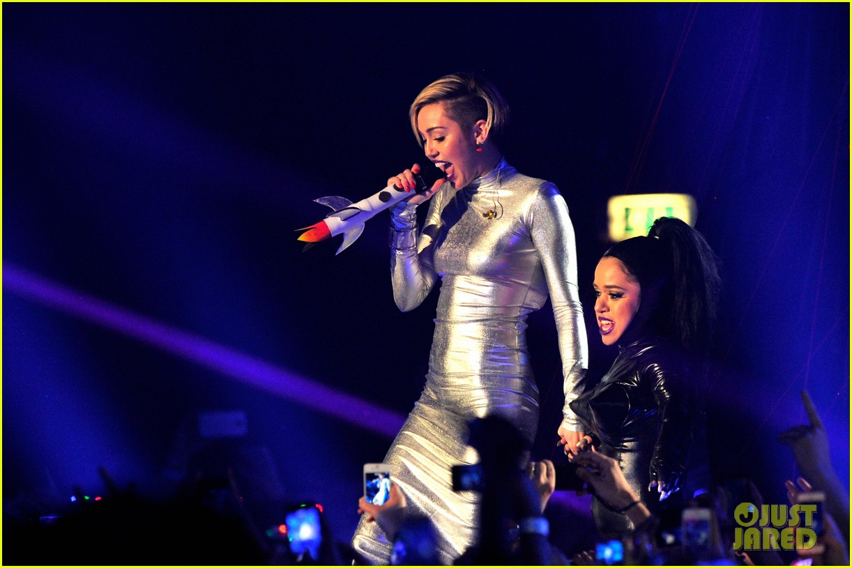 miley cyrus mtv ema performance video 2013 062989858
