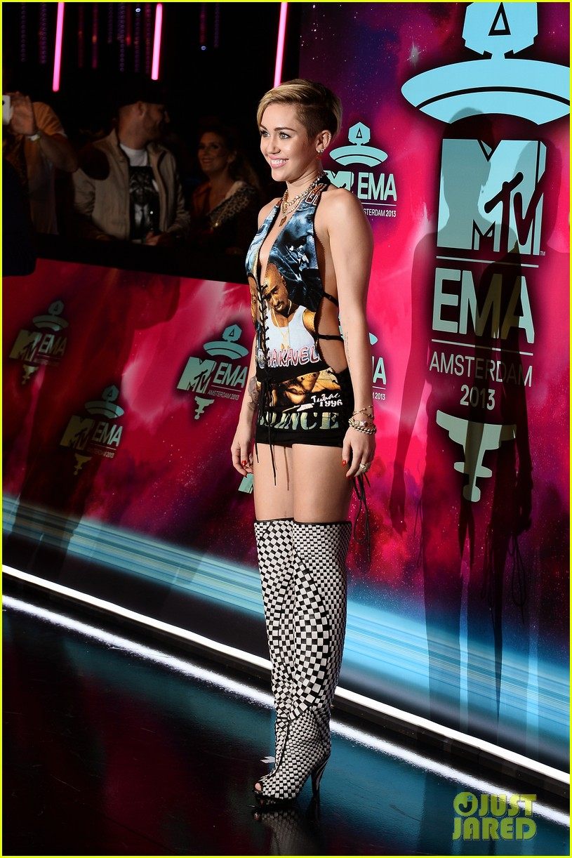 miley cyrus please stop violence dress at mtv ema 2013 122989798