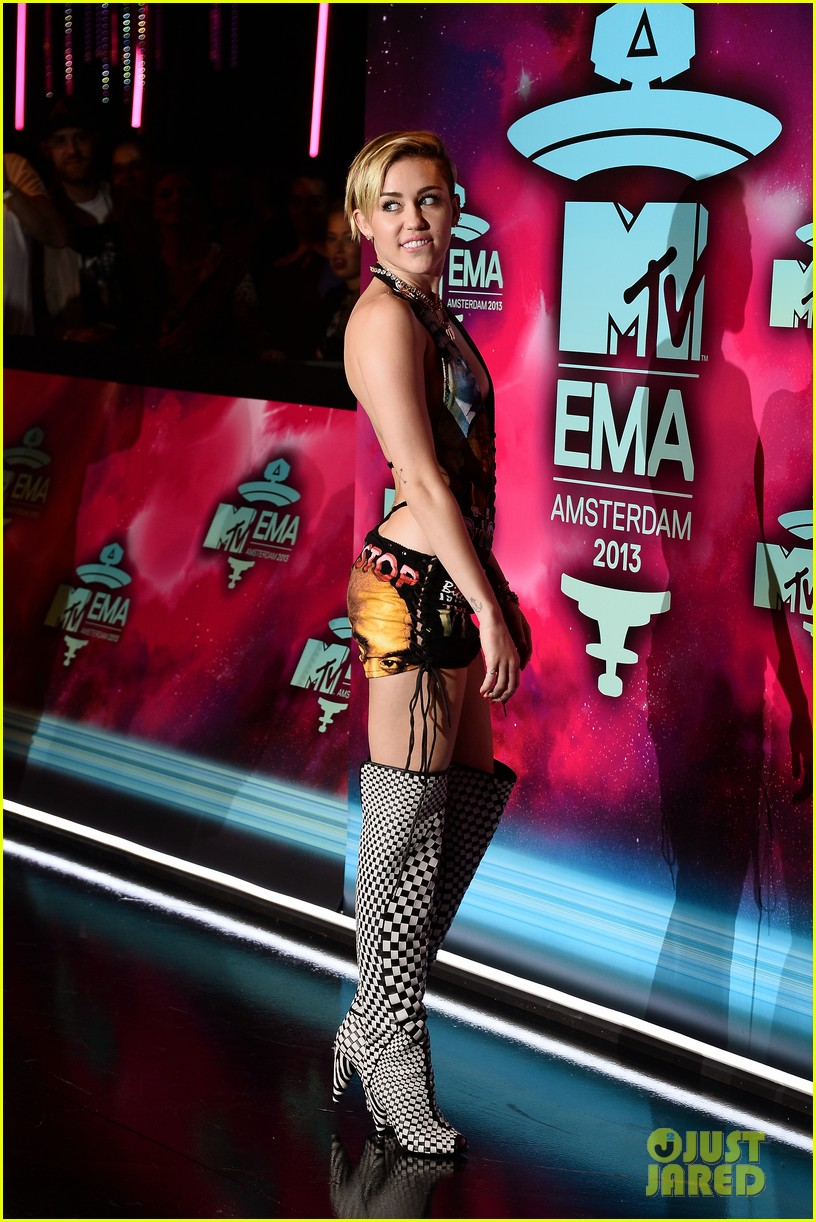 miley cyrus please stop violence dress at mtv ema 2013 13